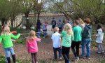 15 Kinder stehen im Kreis. Die sich gegenüber stehen, spannen ein Seil. In der Mitte im Knotenpunkt liegt ein Ball.