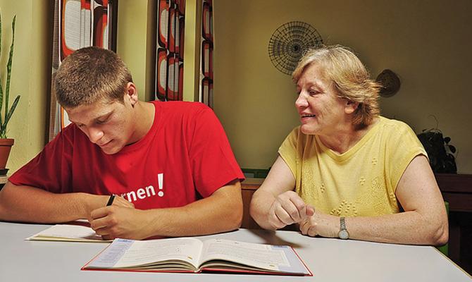 Christa Schimmer mit Schüler beim Lernen