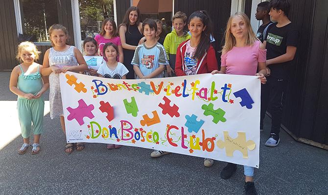 Kindergruppe mit Plakat zur Vielfalt bei Don Bosco